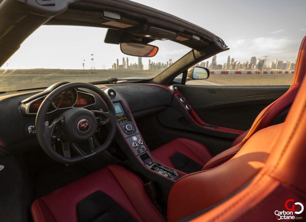 A cockpit minden földi jóval el van látva, ami a biztonságos vezetéshez szükséges.