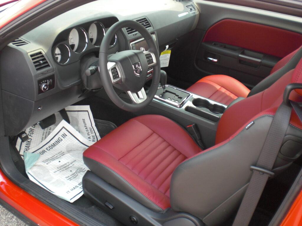 Az SXT belső tere a kontrasztok vörös-feketével