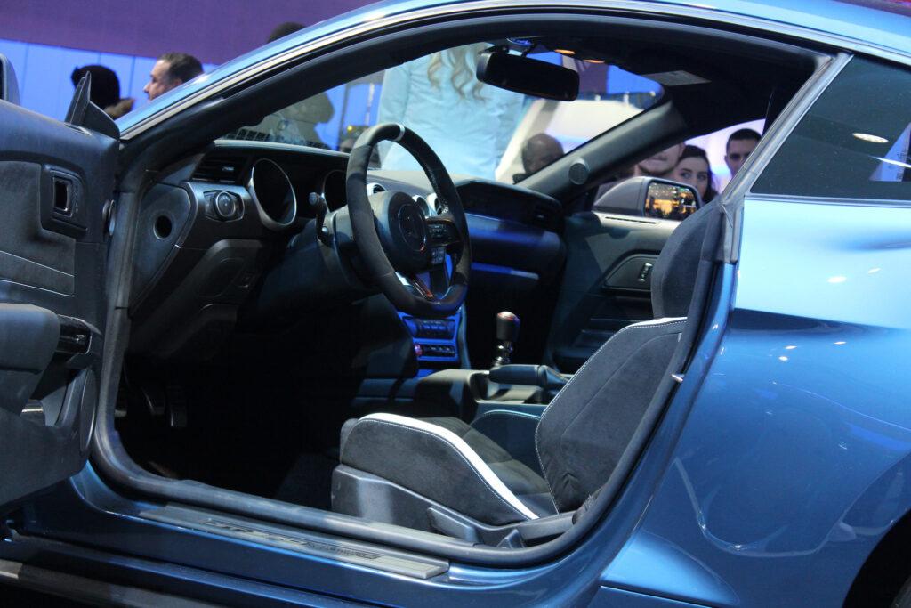 Viszont a GT350R belterétől azért kicsit többet várna az ember.